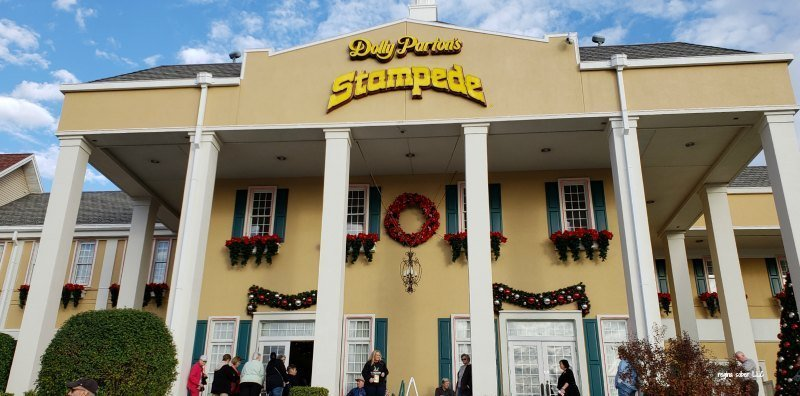 Dolly Partons Christmas Stampede